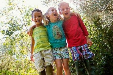 Niños disfrutando al aire libre